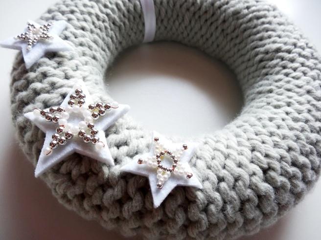 anleitung weihnachtlichen t rkranz stricken lisibloggt. Black Bedroom Furniture Sets. Home Design Ideas