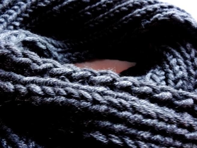 Anleitung: Einfachen grauen Loop-Schal stricken