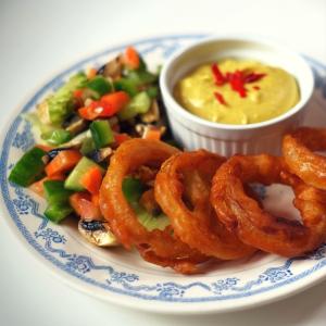 Rezept: Vegane Onion-Rings im Bierteig mit Chili-Cheese-Dip