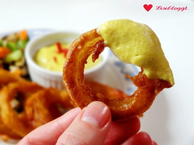 Rezept: Vegane Onionrings im Bierteig mit fake Chili-Cheese-Dip