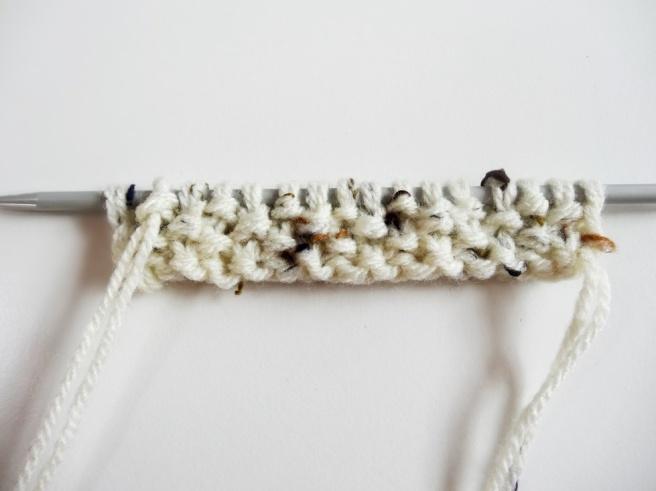 Anleitung: Stiefel-Stulpen mit Knöpfen stricken